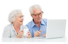 To pensionister bag en computer