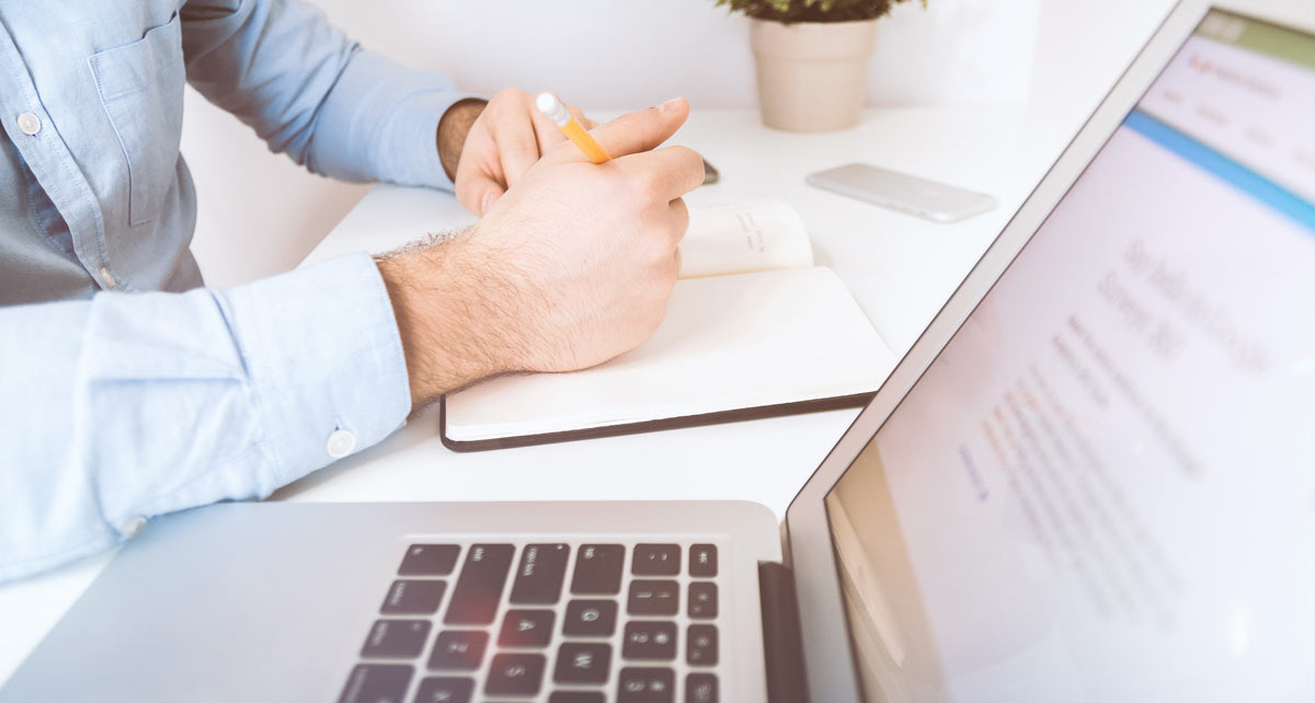 Skrivebord med person som arbejder