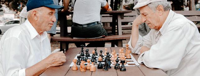 To pensionister som spiller skat